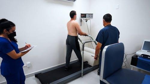 一名男子在医院进行压力测试