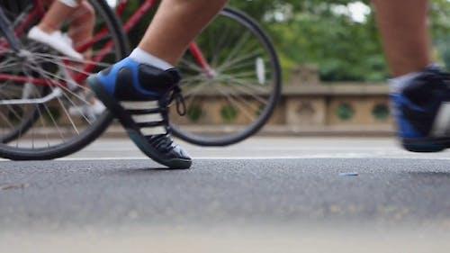 Motociclisti E Carrozze Che Guidano Su Strada