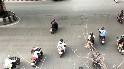 摩托車和汽車在路上的視頻