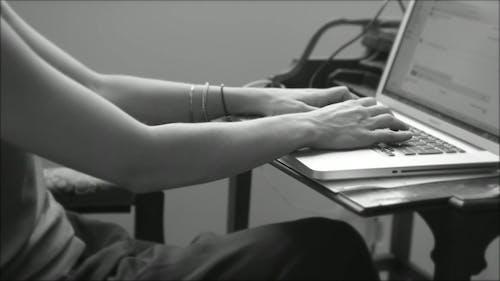 Fotos de stock gratuitas de blanco y negro, escribir a máquina, escribir en el ordenador, manos