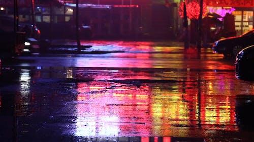 雨の夜にタクシーを待っている人の動画