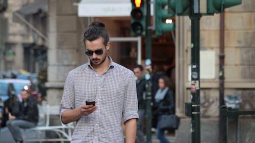Человек, текст на улице