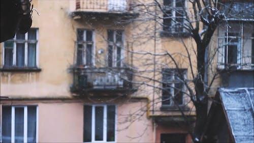 Neve Che Cade Davanti A Una Casa