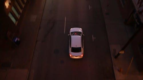 Кадры из белого автомобиля