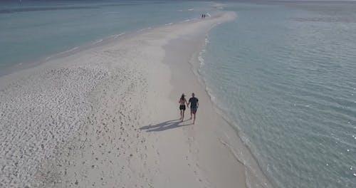 Paar, Das Auf Einem Strand Geht, Der Mit Einer Drohne Gefilmt Wird
