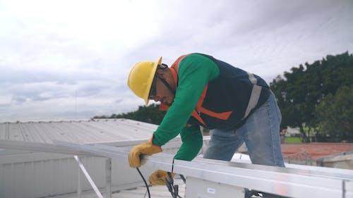 Fermuarlı çelik Korkuluklara Kablo Bağlayan Adam