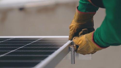 Güneş Paneli Monte Etmek İçin Lokma Anahtarı Kullanan Adam