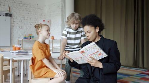 Kobieta Czytająca Książkę Dzieciom