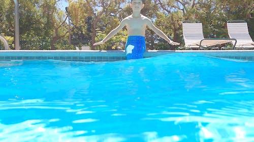 Chłopiec Pływający W Basenie